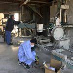 墓石加工機械のメンテナンス作業
